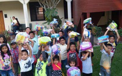 Entrega de útiles escolares a niños de la zona 3